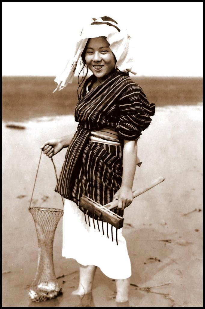 THE_SMILING_CLAM-DIGGER_of_OLD_JAPAN.33213806_std